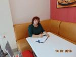 в кафе за столом 2